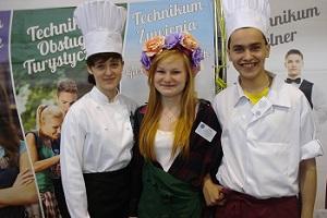"""Oferta """"Ceramika"""" wyróżniała się atrakcyjnością i entuzjazmem młodzieży. Od lewej: Magdalena Główka, Ewa Dziendziora i Dawid Górski / fot. M. Szafrański"""